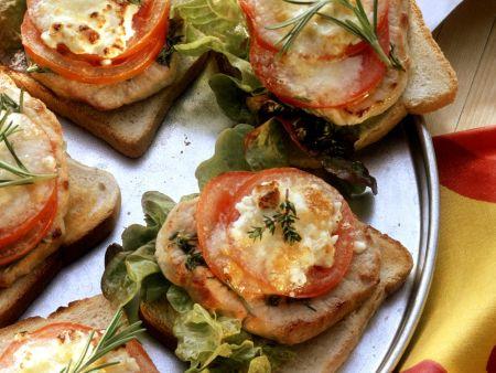 Toast mit Steak, Salat und Tomaten