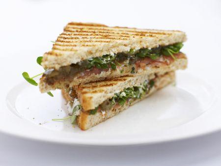 Toast-Sandwich mit Lachs und Brunnenkresse
