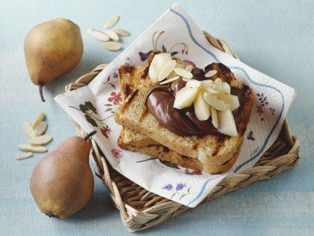 Toastbrot mit Schokocreme und Birne