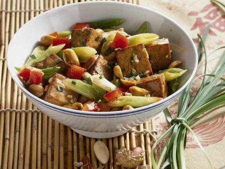 Tofu-Gemüse-Pfanne mit Erdnüssen