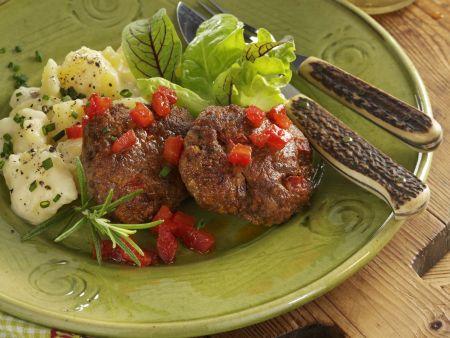 Tomaten-Buletten nach Schweizer Art (Hacktäschli) mit Kartoffelsalat