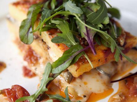 Tomaten-Käse-Polenta mit Rucola