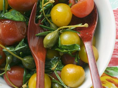 Tomaten-Kapern-Salat mit Kräutern