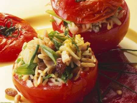 Tomaten mit Reisfüllung und Sauce