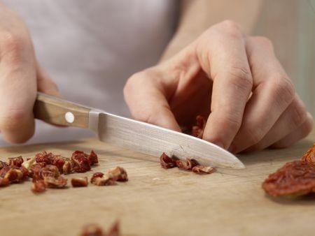 Tomaten-Omelett auf Kürbiskernbrot: Zubereitungsschritt 1