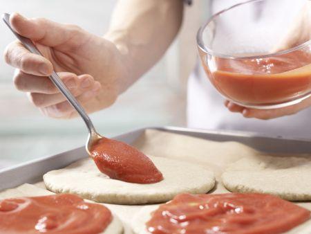 Tomaten-Sardellen-Pizza: Zubereitungsschritt 7