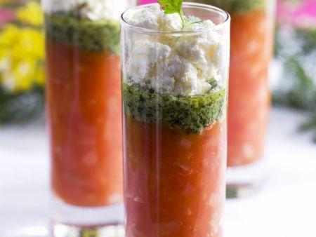 Tomatencremesuppe mit Ziegenkäse und Basilikum