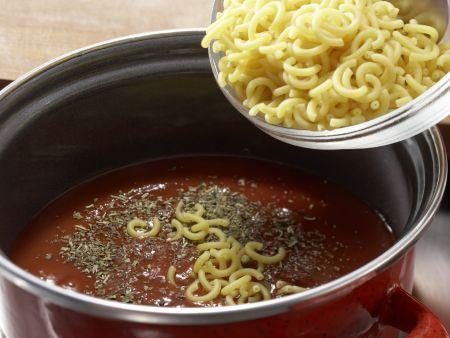 Tomatennudeln mit Zucchini: Zubereitungsschritt 1