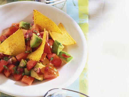Tomatensalat mit Avocado und Nachos