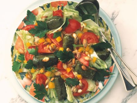 Tomatensalat mit Weinblättern