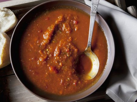 Tomatensuppe mit afrikanischem Relish (Chakalaka)