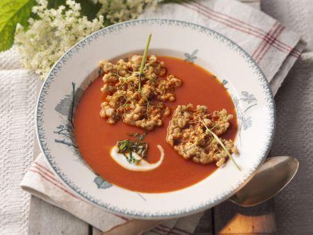 Tomatensuppe mit Apfel und Holunderblütenküchlein