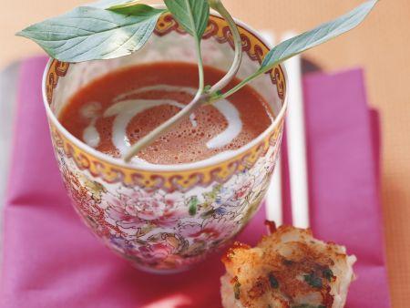 Tomatensuppe mit Kokosmilch dazu Scampicroutons
