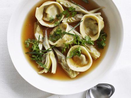 Rezept: Tortellini mit Artischocken in Hühnerbrühe