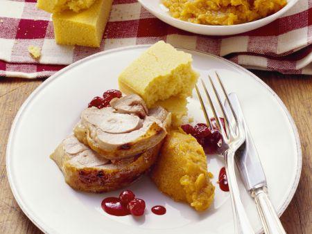 Truthahn mit Püree aus Süßkartoffeln, Maisbrot und Preiselbeersoße