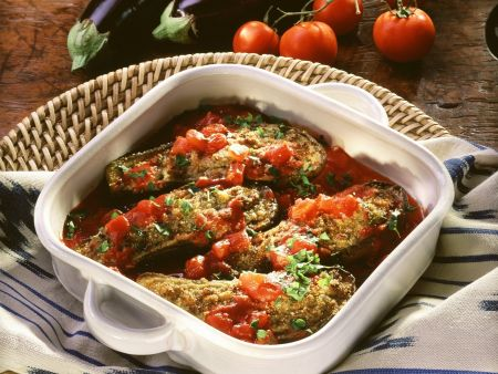 Überbackene Auberginen mit Hackfüllung und Tomatensoße