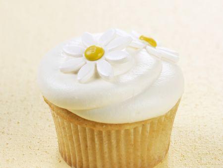 Vanille-Cupcake mit Blüten verziert