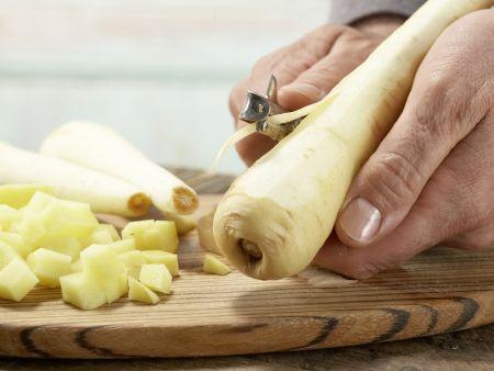 Vegetarischer Pastinakenbrei mit Ei: Zubereitungsschritt 1