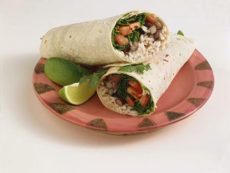 Vegi-Wrap mit Reis, Bohnen, Salat und Tomaten