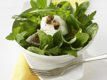 Verlorenes Ei mit grünem Salat