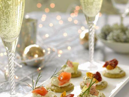 Verschiedene Blinis mit Champagner