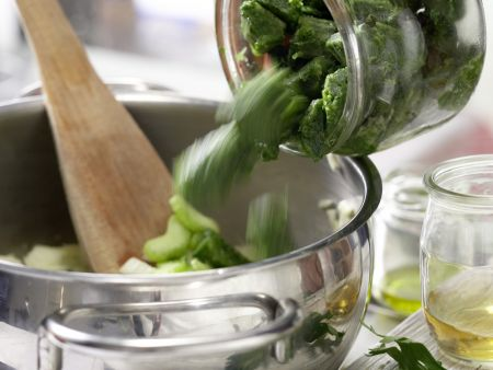 Vollkorn-Pasta mit grüner Sauce: Zubereitungsschritt 4