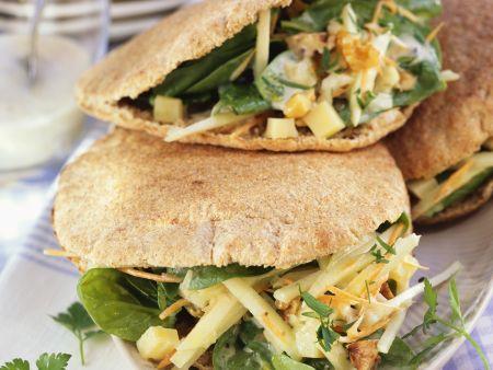 Vollkorn-Pitabrot mit Spinatsalat und Walnüssen gefüllt