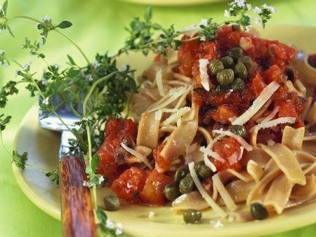 Vollkornnudeln mit Kapern-Tomatensoße