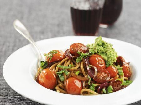 Vollkornpasta mit Kirschtomaten und Erbsen-Pesto