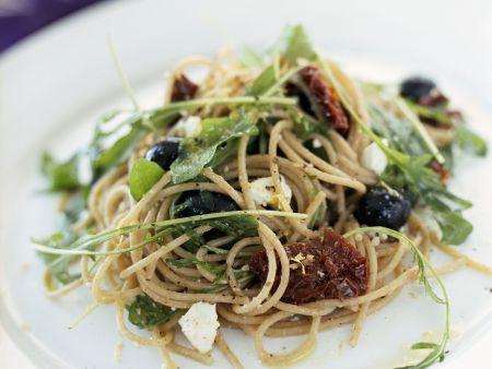 Vollkornspaghetti mit Schafskäse, Oliven und getrockneten Tomaten