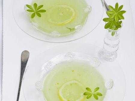 Waldmeister-Zitronen-Kaltschale