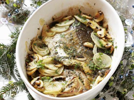 Weihnachtlicher Karpfen mit Zwiebeln und Pilzen