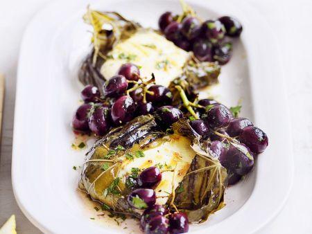 Weinblätter mit Mozzarellafüllung dazu Trauben und Anchovies