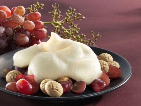 Weinschaumcreme mit Trauben und Amaretti