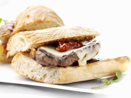 Weißbrot mit Lamm und Käse