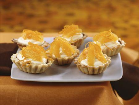 Weiße Schoko-Torteletts mit Orange