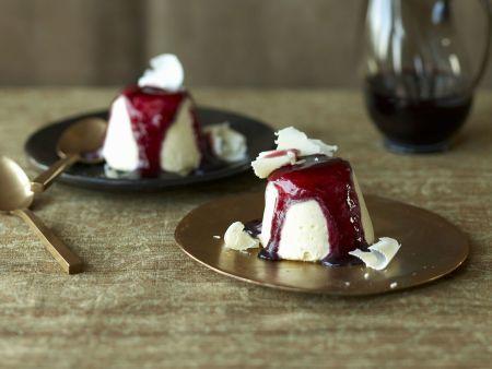 Weiße Schokoladencreme mit Rotweinsoße