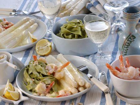 Weißer Spargel mit Shrimps und grünen Nudeln