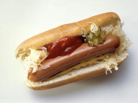 Wiener Würstchen mit Kraut und Hot-Dog-Sauce