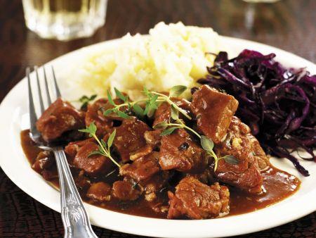 Wildschwein-Bier-Ragout mit Kartoffelpüree und Blaukraut