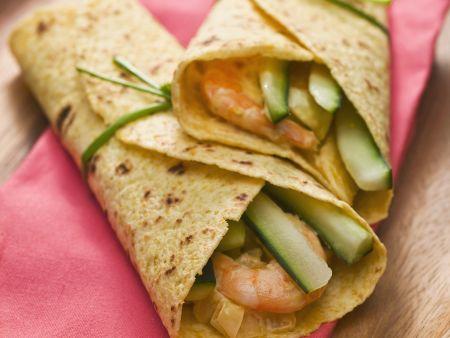 Wraps mit Gurken und Shrimps gefüllt