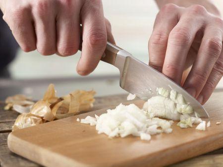 Würstchengulasch mit Spätzle: Zubereitungsschritt 1