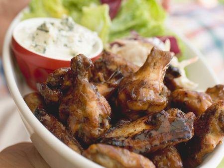 Würzige Chicken Wings mit Blattsalat