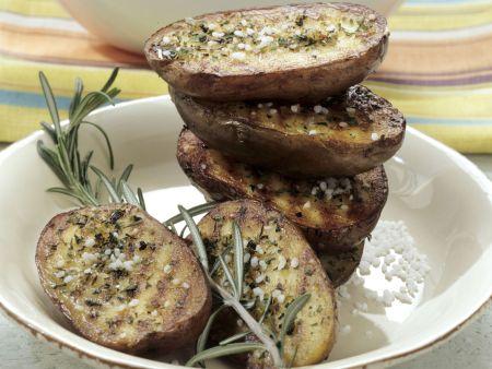 Würzige Grillkartoffeln mit Salat