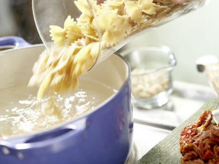 Würzige Mozzarella-Nudeln: Zubereitungsschritt 2