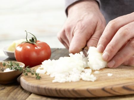 Spaghetti mit Tomatensauce: Zubereitungsschritt 1