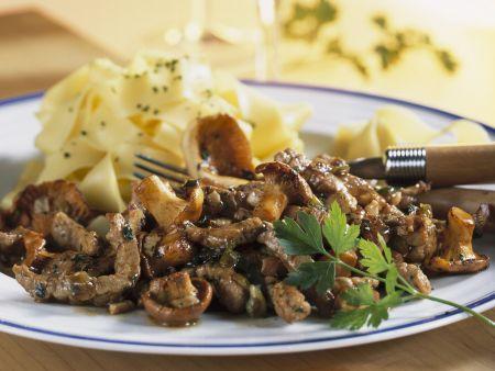 Würziger Fleisch mit Pfifferlingen und Nudeln