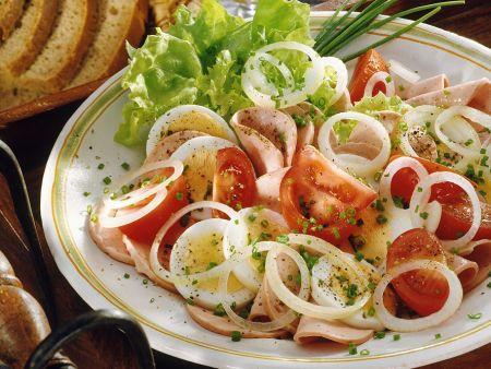 Wurstsalat mit Ei und Tomaten