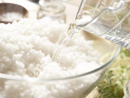Zander in der Salzkruste: Zubereitungsschritt 1