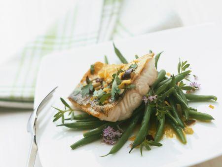 Zanderfilet mit Oliven und Petersilie, dazu grüne Bohnen